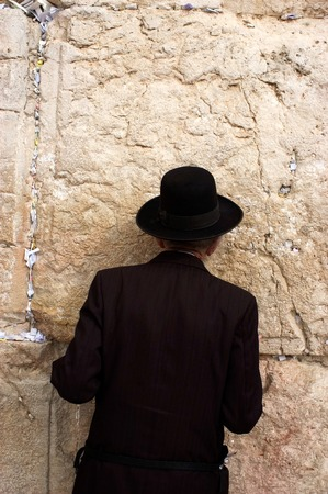 tora: A Jewish man is praying at the western wall.