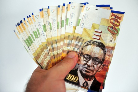 sheqel: A male hand holding One hundred shekel notes Stock Photo