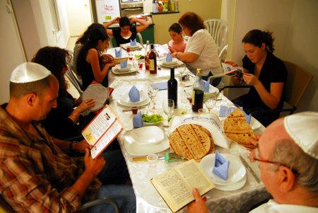 JERUSALEN - El 20 de abril: familia judía está leyendo la Hagadá tradicional ritual del Seder en la fiesta judía de la Pascua el 20 de abril de 2008 en Jerusalén, Israel.