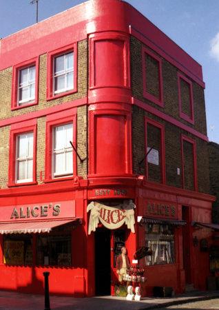 case colorate: edificio rosso in un angolo di una strada a Londra, Regno Unito. Editoriali