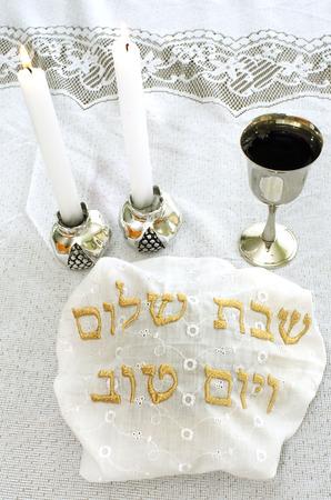 sabbat: Mesa de v�spera de Shabat con cubiertos de pan jal�, velas y copa de vino.