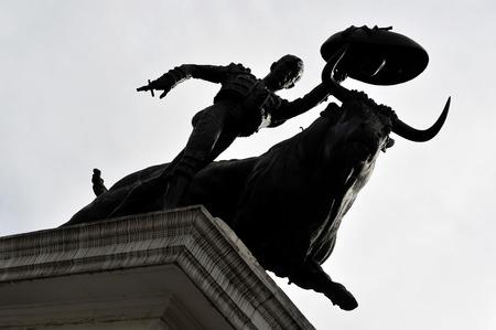 corrida de toros: Una estatua de un Matador y un toro se involucran en un enfrentamiento antes de participar en una batalla corrida el 1 de marzo de 2010 en la ciudad de M�xico, M�xico. Foto de archivo