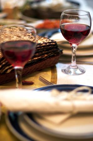 santa cena: Mesa preparada para el tradicional Seder Ritual durante la fiesta jud�a de la Pascua. Foto de archivo