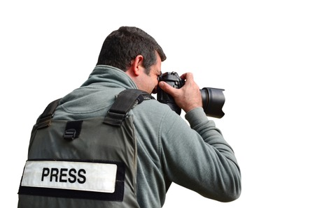 reportero: Un fot�grafo de prensa toma fotos con una c�mara profesional Foto de archivo