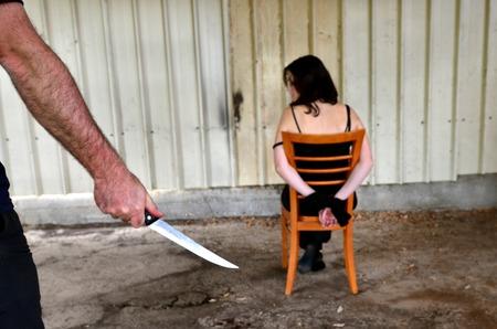 危険なナイフ所持犯罪の手からゾッとした女性のイメージ 写真素材