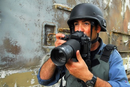 wojenne: NACHAL OZ,ISR - APR 09 2008:Photojournalist documenting war and conflict.Hundreds of journalists, photographers and cameraman in the world have been killed, injured, kidnapped, threatened or sued.