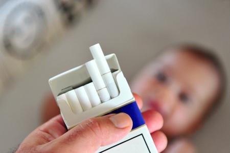 Roken in de buurt van kinderen, baby's en kinderen. Concept foto Stockfoto