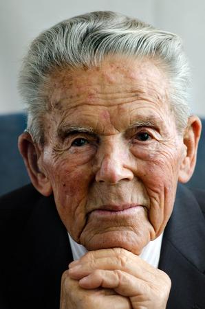 visage homme: Portrait de vieil homme heureux dans ses 90. Banque d'images