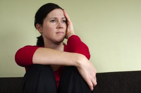 mujer decepcionada: Retrato de mujer joven y triste - foto del concepto