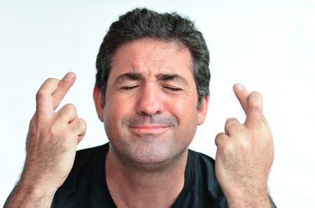 Uomo maturo con le dita incrociate sperando per fortuna. close up su sfondo bianco. persone reali. Foto di concetto di desiderio, volendo, fortuna, fortunato, la speranza, la speranza, la paura, aiuto, speranza, preghiera, ottimismo. Archivio Fotografico - 45804817