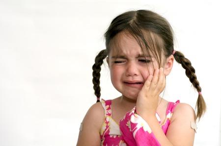 Kleines Mädchen (Alter 4) Schrei, isoliert auf weißem Hintergrund. Konzeptfoto der Kinderbetreuung, Kindheit, Bildung, Emotionen, Verhalten, Psychologie. Standard-Bild