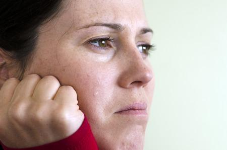 cara triste: Retrato de mujer joven llorando - foto del concepto
