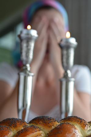 sabbat: Pan jal� con la mujer jud�a dice la bendici�n sobre encender las velas de reposo en el fondo, antes de la cena la v�spera de Shabat.