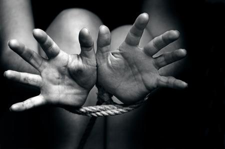 sexo: Un secuestrado, rehén, la mujer víctima maltratada faltante con las manos atadas con una cuerda en tensión emocional y el dolor, miedo, restringido, atrapado, llame al servicio de, lucha, miedo, amenazar, encerrado en una celda jaula de intentar escapar.