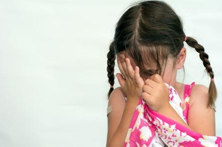 psicologia infantil: Niña (edad 4) llanto, aislado sobre fondo blanco. Foto del concepto de cuidado de niños, la infancia, la educación, la emoción, el comportamiento, la psicología.
