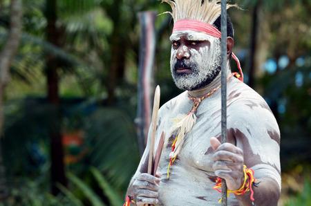 Portret van een Yugambeh Aboriginal krijger man voorvormen Aboriginal cultuur krijgskunst tijdens culturele show in Queensland, Australië.