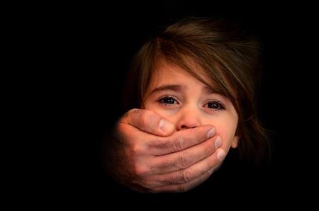 Starke männliche Hände bedecken Gesicht des kleinen Mädchens mit emotionalen Stress, Schmerz, Angst, um Hilfe rufen, Kampf, erschrocken expression.Concept Foto von Entführung, vermisst, entführt, Opfer, Geisel, missbrauchtes Kind