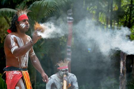 Yugambeh Aboriginal warrior demonstrate  fire making craft during Aboriginal culture show in Queensland, Australia. Banque d'images