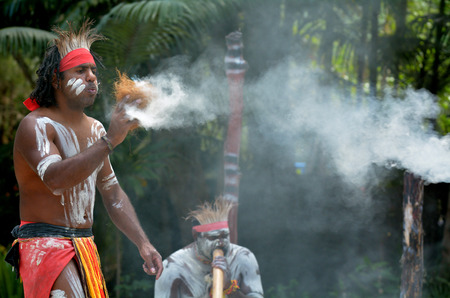 Yugambeh Aboriginal warrior demonstrate  fire making craft during Aboriginal culture show in Queensland, Australia. Imagens