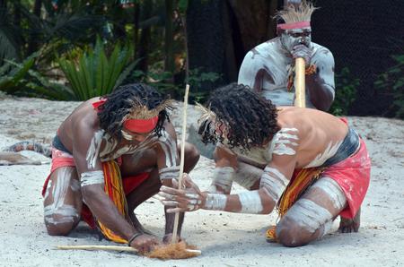 Grupo de Yugambeh guerreros aborígenes hombres demuestran fuego haciendo nave durante la presentación de la cultura aborigen en Queensland, Australia. Foto de archivo