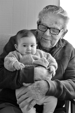 偉大な祖父は、家庭訪問中に彼の偉大な孫を抱っこ。高齢者、退職後、年金受給者、関係、健康、高齢化のコンセプト写真。 写真素材