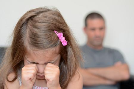 padre e hija: Poco edad chica 05 que tiene una rabieta con su padre desesperado en el fondo