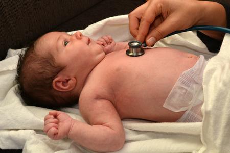 nacimiento bebe: Cheques partera reci�n nacidos latido del coraz�n del beb�. Foto de archivo