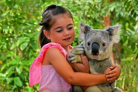 personas abrazadas: Poco edad chica 05 la celebración de un koala en Gold Coast de Queensland, Australia.