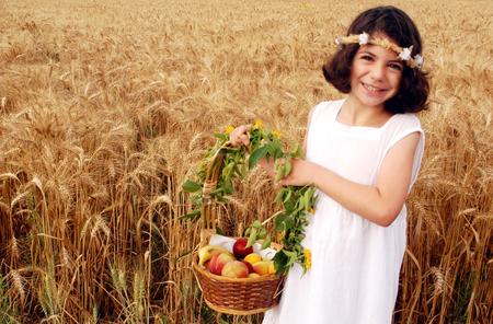 högtider: En israelisk tjej firar Shavuot i en Kibbutz i Israel på Shavuots judiska fest.