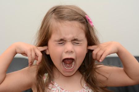 ansiedad: Gritando niño (edad chica 05) cara. Foto del concepto de estrés y ansiedad. Foto de archivo