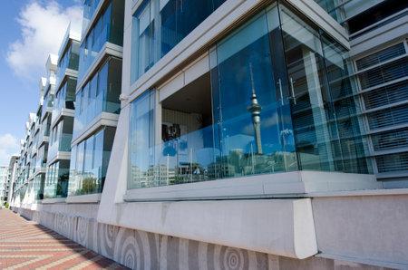 oficina antigua: AUCKLAND - 26 de mayo: Apartamentos de lujo en Auckland viaducto Basin Harbor el 26 de mayo un antiguo puerto comercial de 2013.It se convirtió en una promoción de apartamentos de lujo, oficinas y restaurantes. Editorial