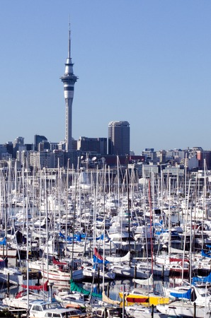 literas: Auckland, NZ - JUNIO 02: Westhaven Marina mirando hacia el este, hacia la torre del cielo el 02 de junio 2013.It del puerto deportivo m�s grande en el sur de Hemisphere.The marina dispone de cerca de dos mil literas y el swing de amarres, y tiende a ser continuamente reservado.