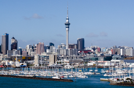 オークランド、NZ - 6 月 02:Westhaven マリーナ 02 の 2013.It の南 Hemisphere.The マリーナ最大のヨット マリーナがほぼ二千バース係留、スイングと継続的に