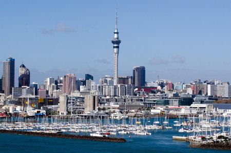 literas: Auckland, NZ - JUNIO 02: Westhaven Marina mirando hacia el este, hacia la torre del cielo el 02 de junio 2013.It del puerto deportivo más grande en el sur de Hemisphere.The marina dispone de cerca de dos mil literas y el swing de amarres, y tiende a ser continuamente reservado.