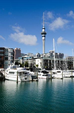 oficina antigua: AUCKLAND - 26 DE MAYO: Auckland viaducto Basin Harbor el 26 de mayo un antiguo puerto comercial de 2013.It se convirti� en una promoci�n de pisos en su mayor�a de lujo, oficinas y restaurantes. Editorial