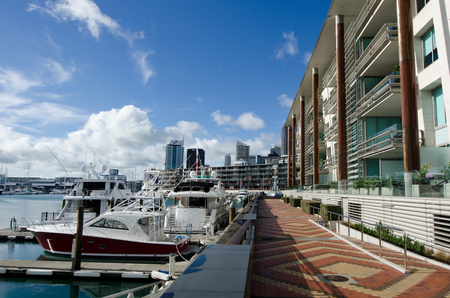 oficina antigua: AUCKLAND - 02 de junio: Auckland Viaduct Basin Harbor el 02 de junio un antiguo puerto comercial de 2013.It se convirtió en una promoción de apartamentos en su mayoría de lujo, oficinas y restaurantes. Editorial