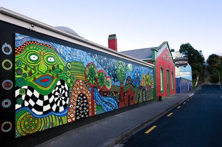 KAWAKAWA, NZ-4 월 28 일 : 뉴질랜드 가와카와에있는 건물은 유명한 오스트리아 건축가 Hundertwasser에 의해 2011 년 4 월 28 일에 영감을 받았습니다. 이것은 남 에디토리얼