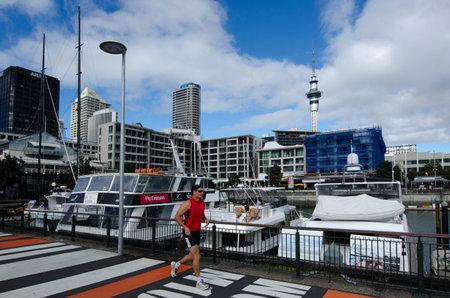 oficina antigua: AUCKLAND - 26 DE MAYO: El hombre funciona en Auckland viaducto Basin Harbor el 26 de mayo un antiguo puerto comercial de 2013.It se convirti� en una promoci�n de apartamentos de lujo, oficinas y restaurantes.