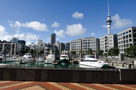oficina antigua: AUCKLAND - 26 DE MAYO: Los yates que amarran en Auckland viaducto Basin Harbor el 26 de mayo un antiguo puerto comercial de 2013.It se convirti� en una promoci�n de apartamentos de lujo, oficinas y restaurantes.