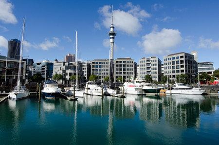 oficina antigua: AUCKLAND - 26 DE MAYO: Los yates que amarran en Auckland viaducto Basin Harbor el 26 de mayo un antiguo puerto comercial de 2013.It se convirtió en una promoción de apartamentos de lujo, oficinas y restaurantes.