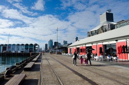 oficina antigua: AUCKLAND - JUNIO 02: restaurantes y caf�s en Auckland viaducto Basin Harbor el 02 de junio un antiguo puerto comercial de 2013.It se convirti� en una promoci�n de apartamentos de lujo, oficinas y restaurantes.