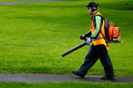 paysagiste: AUCKLAND, NZ - 30 mai: Paysagiste essence fonctionnant Souffleur le 29 mai 2013.A seule souffleuse à feuilles et à essence de plus de 2,5 millions d'entre eux seront vendus cette année seulement, peut émettre autant de pollution dans une année que 80 voitures . Éditoriale