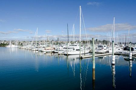 literas: AUCKLAND, Nueva Zelanda - 02 de junio: Barcos de amarre en Westhaven Marina el 02 de junio 2013.It del puerto deportivo más grande en el puerto deportivo Hemisphere.The Sur tiene casi dos mil camas y el swing de amarres, y tiende a ser reservado continuamente. Editorial