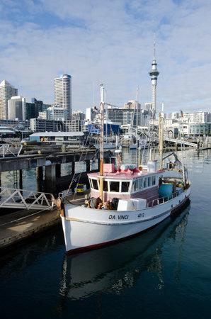 oficina antigua: AUCKLAND - JUNIO 02: Barco de pesca en Auckland viaducto Basin Harbor el 02 de junio un antiguo puerto comercial de 2013.It se convirti� en una promoci�n de pisos en su mayor�a de lujo, oficinas y restaurantes.