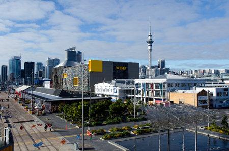 oficina antigua: AUCKLAND - 02 de junio: Vista general de Auckland Viaduct Basin Harbor el 02 de junio un antiguo puerto comercial de 2013.It se convirtió en una promoción de apartamentos de lujo, oficinas y restaurantes.