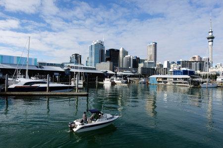 oficina antigua: AUCKLAND - JUNIO 02: Barco de motor en Auckland viaducto Basin Harbor el 02 de junio un antiguo puerto comercial de 2013.It se convirtió en una promoción de pisos en su mayoría de lujo, oficinas y restaurantes.