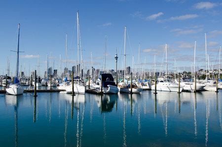 literas: AUCKLAND, Nueva Zelanda - 02 de junio: Barcos de amarre en Westhaven Marina el 02 de junio 2013.It del puerto deportivo m�s grande en el puerto deportivo Hemisphere.The Sur tiene casi dos mil camas y el swing de amarres, y tiende a ser reservado continuamente. Editorial