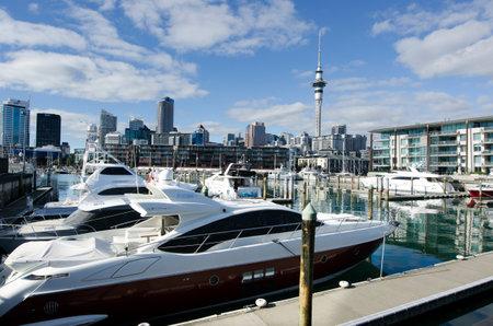oficina antigua: AUCKLAND - JUNIO 02: Yates de amarre en puerto de Auckland cuenca del viaducto el 02 de junio un antiguo puerto comercial de 2013.It se convirti� en una promoci�n de pisos en su mayor�a de lujo, oficinas y restaurantes.