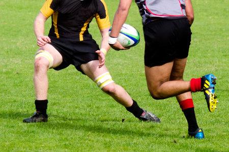 and rugby ball: Kaitaia, Nueva Zelanda - 03 de agosto: La gente juega Rugby en 03 de agosto 2013.Rugby uni�n es el deporte nacional no oficial de Nueva Zelanda. El equipo nacional, el rango de los All Blacks, ya que el equipo internacional de primera en el mundo.