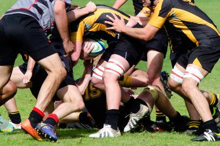 pelota rugby: Kaitaia, Nueva Zelanda - 03 de agosto: La gente juega Rugby en 03 de agosto 2013.Rugby unión es el deporte nacional no oficial de Nueva Zelanda. El equipo nacional, el rango de los All Blacks, ya que el equipo internacional de primera en el mundo.